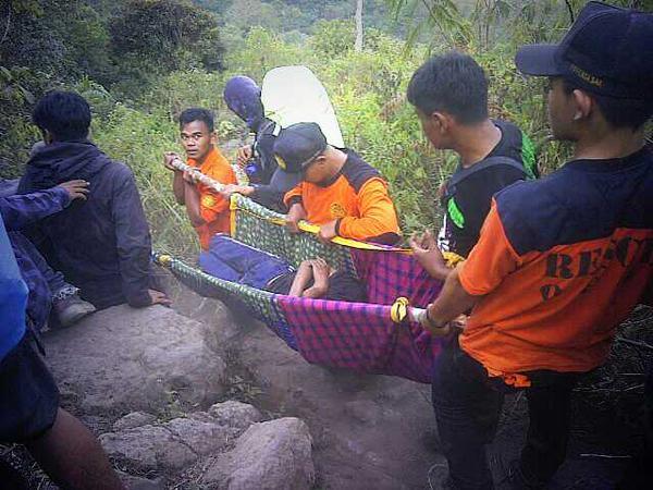 Evakuasi Daril Fernanda dari Gunung Guntur
