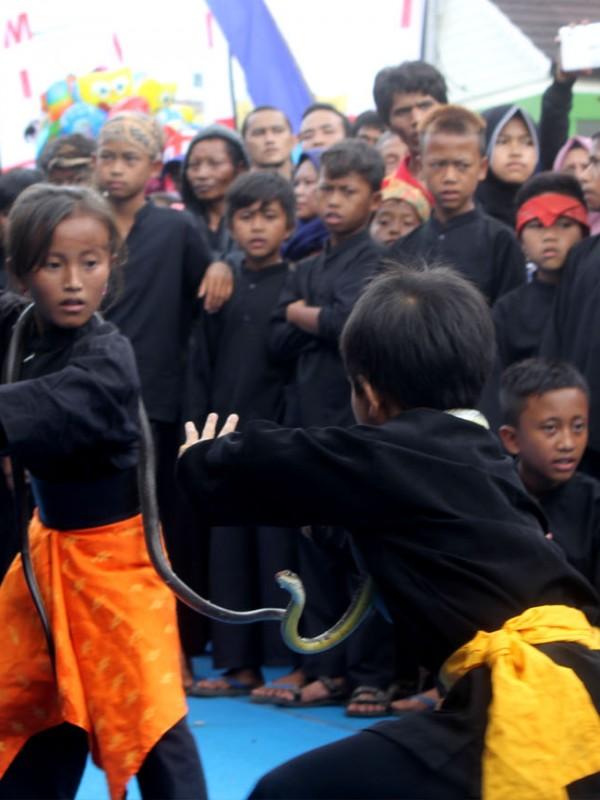 Anak-anak Pemain Pencak Ular memasang kuda-kuda