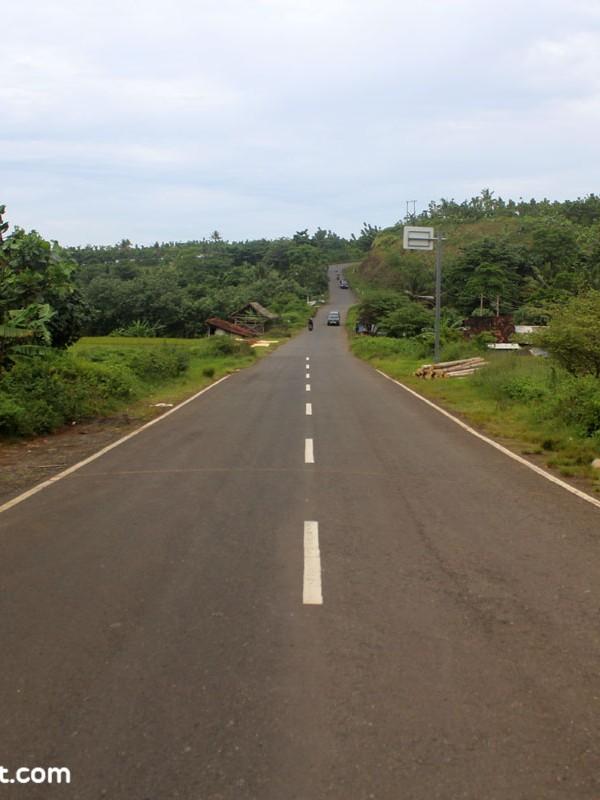 Jalur Lintas Selatan yang telah mulus, di jalur menuju Rancabuaya via Garut-Pameungpeuk