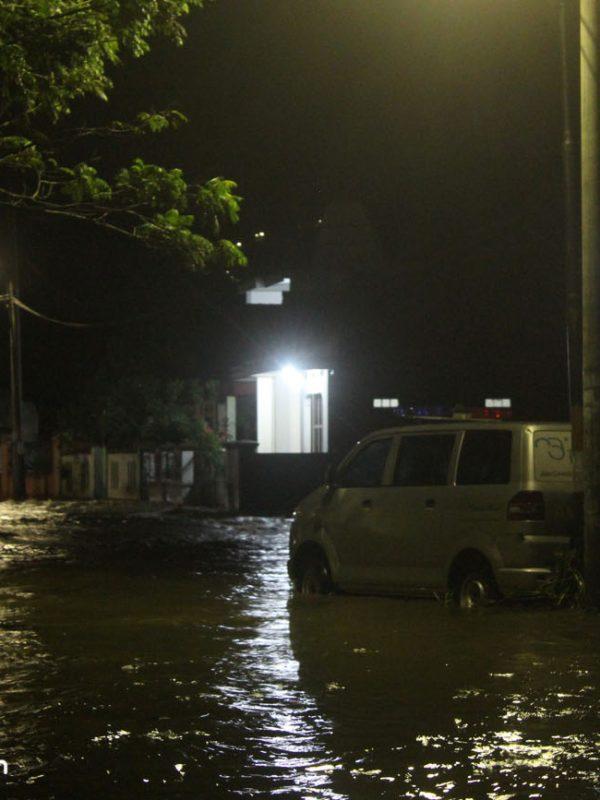Luapan Air menghanyutkan sebuah mobil ambulans milik Klinik Bunda Alya