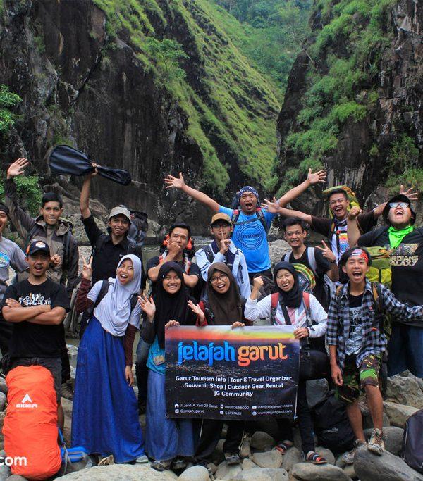 Keluarga Besar Jelajah Garut di Leuwi Tonjong, Cihurip. Beberapa anggota tim Jelajah Garut di foto ini telah pergi untuk meraih cita-cita yang lebih tinggi di tempat lain.